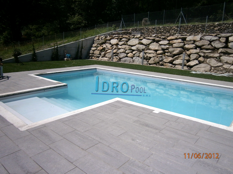 Realizzazione piscina interrata in svizzera for Scala in cemento armato a vista